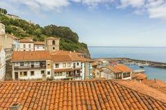 Alloggi i tetti del villaggio costiero del marinaio di Lastres in Asturie Fotografia Stock Libera da Diritti