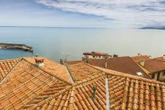 Alloggi i tetti del villaggio costiero del marinaio di Lastres in Asturie Immagini Stock Libere da Diritti