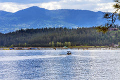 Alloggi il ` Alene Idaho di Coeur d del lago reflection dell'imbarcazione a motore immagini stock