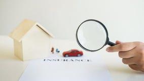 alloggi il concetto che sceglie dalla lente d'ingrandimento, ricerca di assicurazione di Immagini Stock Libere da Diritti