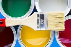 Alloggi il concetto del rinnovamento, dipinga le latte e le spazzole Fotografie Stock Libere da Diritti