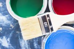 Alloggi il concetto del rinnovamento, dipinga le latte e le spazzole Fotografie Stock
