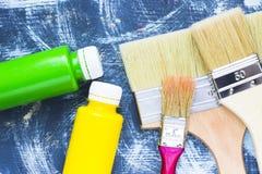 Alloggi il concetto del rinnovamento, dipinga le latte e le spazzole Immagini Stock Libere da Diritti