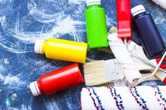 Alloggi il concetto del rinnovamento, dipinga le latte e le spazzole Immagine Stock