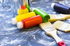 Alloggi il concetto del rinnovamento, dipinga le latte e le spazzole Immagine Stock Libera da Diritti