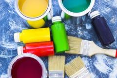 Alloggi il concetto del rinnovamento, dipinga le latte e le spazzole Fotografia Stock Libera da Diritti