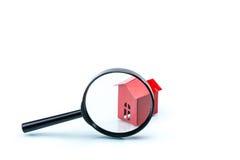 Alloggi il concetto di esame accurato, modello della casa con l'ingrandimento Immagini Stock Libere da Diritti