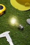 Alloggi il concetto di idee dell'architetto e dell'ingegnere con la lampadina urlo Fotografia Stock