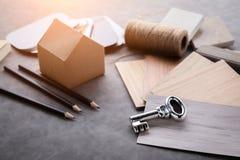 Alloggi il concetto di progetto con il modello ed il materiale del modello di carta della casa Fotografie Stock Libere da Diritti