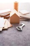 Alloggi il concetto di progetto con il modello ed il materiale del modello di carta della casa Immagini Stock Libere da Diritti
