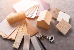 Alloggi il concetto di progetto con il modello ed il materiale del modello di carta della casa Fotografia Stock