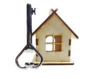 Alloggi il concetto miniatura e chiave dell'acquisto del bene immobile Immagini Stock