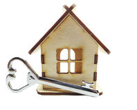 Alloggi il concetto miniatura e chiave dell'acquisto del bene immobile Fotografie Stock Libere da Diritti