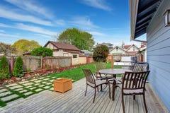 Alloggi il cortile con area del patio sulla piattaforma dell'uscire in segno di disapprovazione Fotografie Stock Libere da Diritti