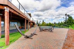 Alloggi il cortile con la corte di sport e l'area del patio Fotografia Stock Libera da Diritti