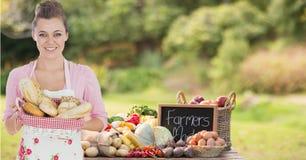 alloggi il cuoco unico con il canestro del pane nell'azienda agricola che vende i loro prodotti Fotografia Stock