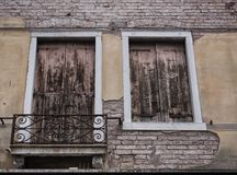 Alloggi il dettaglio con gli otturatori sulle finestre nel balcone di Venezia Immagine Stock Libera da Diritti