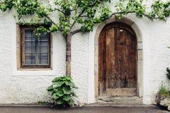 Alloggi il exterioron la via con la porta e finestra in Hallstatt, A Fotografie Stock Libere da Diritti