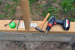 Alloggi il fondamento con il trapano, il martello ed altri strumenti Fotografia Stock Libera da Diritti