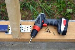 Alloggi il frammento del fondamento con il trapano, le viti ed altri strumenti Immagine Stock Libera da Diritti
