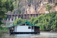 Alloggi il galleggiamento sul kwai del fiume con la ferrovia antica Fotografia Stock