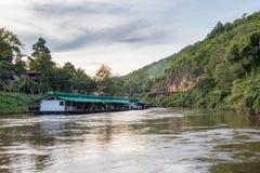 Alloggi il galleggiamento sul kwai del fiume con la ferrovia di legno antica Immagini Stock
