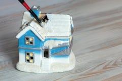 Alloggi il giocattolo della pittura della spazzola di concetto della decorazione e del rinnovamento Fotografia Stock