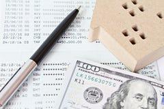 Alloggi il libretto di banca di modello e americano del denaro contante del dollaro, del taccuino e di libretto di risparmio o il Fotografia Stock