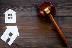 Alloggi il martelletto vicino del giudice del ritaglio sullo spazio di legno scuro della copia di vista superiore del fondo legge Immagini Stock Libere da Diritti