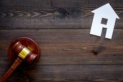 Alloggi il martelletto vicino del giudice del ritaglio sullo spazio di legno scuro della copia di vista superiore del fondo legge Fotografia Stock
