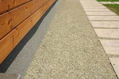 Alloggi il miglioramento del fondamento per migliore isolamento e la parete di legno domestica d'impermeabilizzazione Fotografie Stock