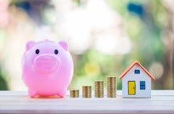 Alloggi il modello e coni l'investimento dei soldi, di ipoteca e di bene immobile Immagine Stock Libera da Diritti