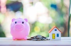 Alloggi il modello e coni l'investimento dei soldi, di ipoteca e di bene immobile Immagini Stock