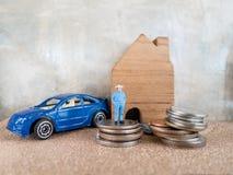 Alloggi il modello e l'automobile nel piano di risparmio per la residenza della gente nella società, p Immagini Stock Libere da Diritti