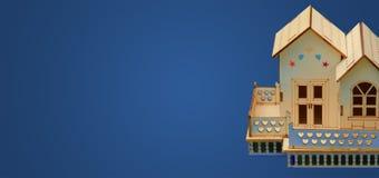 Alloggi il modello miniatura di legno dell'insegna con lo spazio della copia Immagine Stock Libera da Diritti