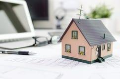 Alloggi il modello sullo scrittorio, sull'ipoteca o sul concetto della costruzione di casa Fotografia Stock