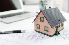 Alloggi il modello sullo scrittorio, sull'ipoteca o sul concetto della costruzione di casa Fotografia Stock Libera da Diritti