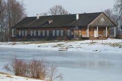 Alloggi il Osipov-lupo dei proprietari nella proprietà di Trigorskoye, fine sul giorno di febbraio La Russia Immagine Stock