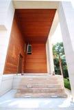 Alloggi il portello fatto da legno Fotografie Stock Libere da Diritti