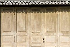Alloggi il portello fatto da legno Immagine Stock