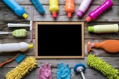 Alloggi il prodotto e la lavagna di pulizia sulla tavola di legno Fotografia Stock Libera da Diritti