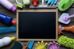 Alloggi il prodotto e la lavagna di pulizia sulla tavola di legno Fotografia Stock