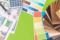 Alloggi il progetto con il campionatore di legno, la penna, calcolatore Immagine Stock