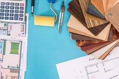 Alloggi il progetto con il campionatore di legno, la penna, calcolatore Fotografia Stock Libera da Diritti