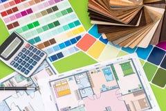 alloggi il progetto con il campionatore di legno, la penna, calcolatore su verde Fotografie Stock