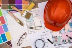 Alloggi il progetto con il casco della costruzione, tavolozza di colore Fotografie Stock Libere da Diritti