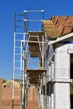 Alloggi il progetto in costruzione con le assicelle impilate sul tetto Fotografia Stock Libera da Diritti