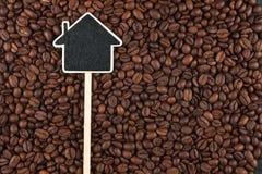 Alloggi il puntatore, le bugie del prezzo da pagare sui chicchi di caffè Immagini Stock Libere da Diritti