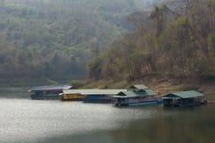 alloggi il rafting alla diga di Kewlom, la provincia di Lampang, Tailandia Fotografia Stock