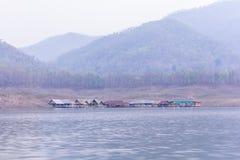 Alloggi il rafting alla diga di Mae Ngad, la provincia di Maetaeng Chiangmai, Tailandia Fotografia Stock Libera da Diritti
